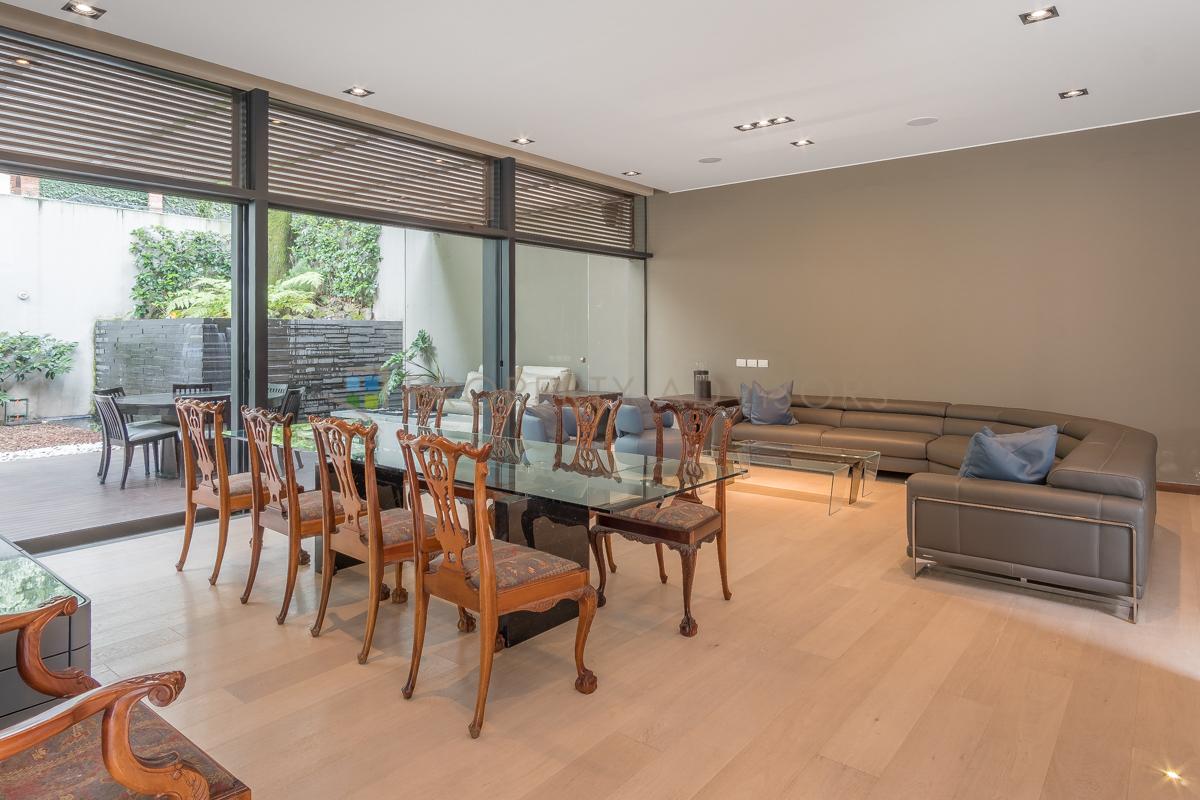 8 de 34: Sala y comedor integrados a terraza