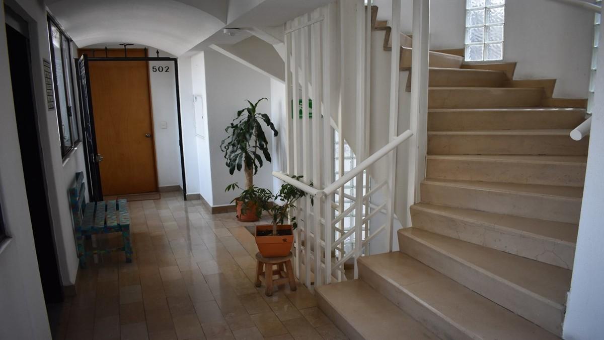 3 de 18: Elevador y amplias escaleras de acceso a todos los pisos.
