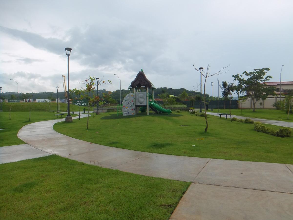 3 de 16: Parque Infantil