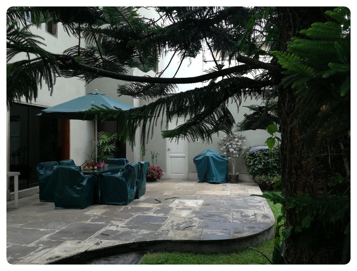 8 de 12: Precioso pino es el encargado de dar sombra a la terraza