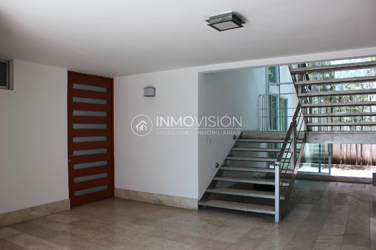 2 de 28: Entrada - acceso escaleras
