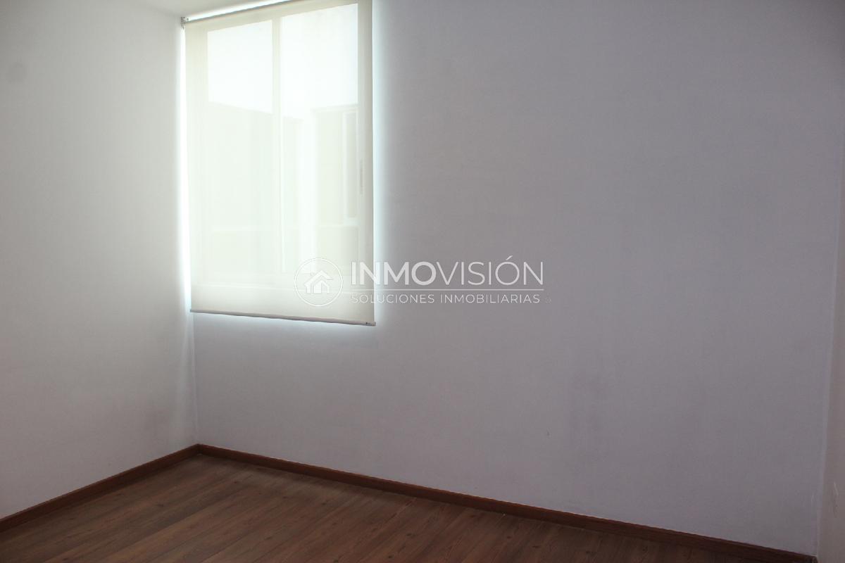 17 de 28: Recámara secundaria con persiana, piso laminado y closet