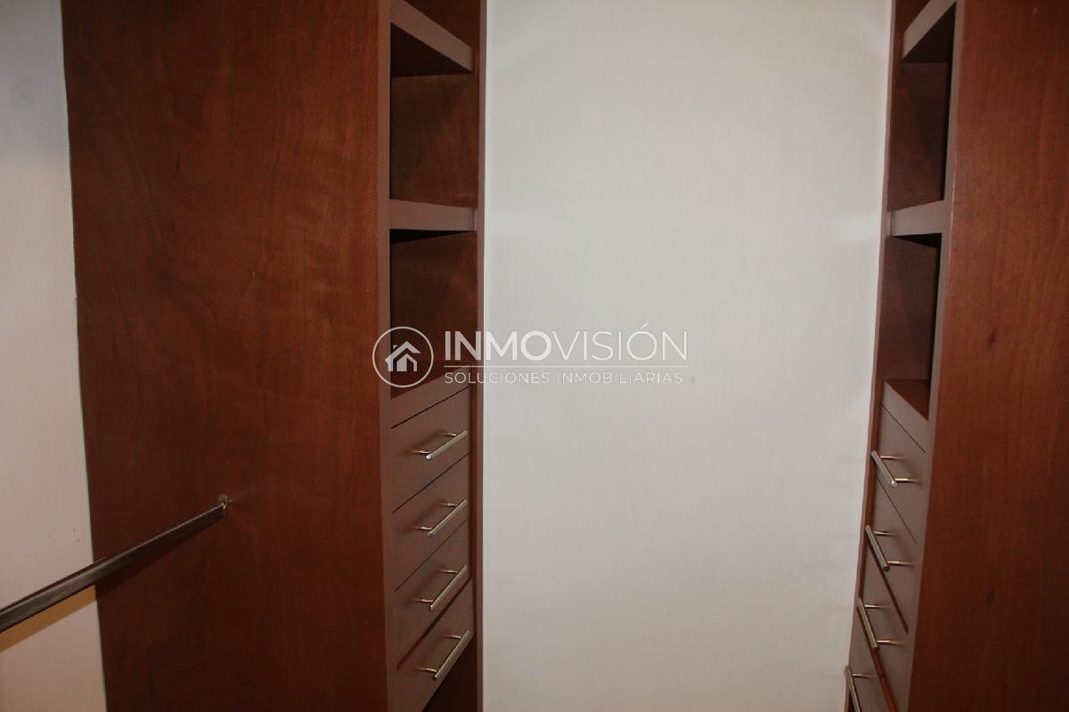 21 de 28: Amplio vestidor en recámara principal