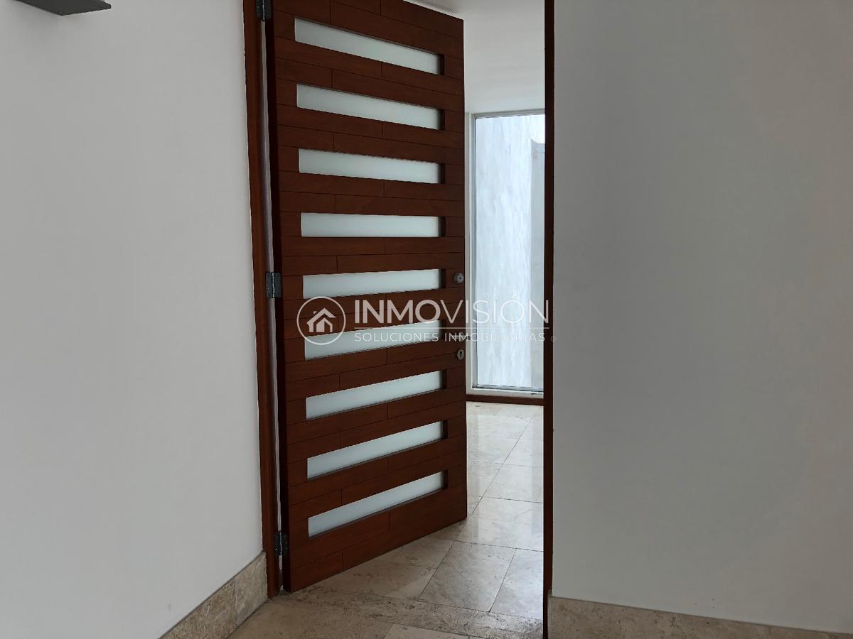 3 de 28: Entrada principal - puerta de madera con doble seguridad