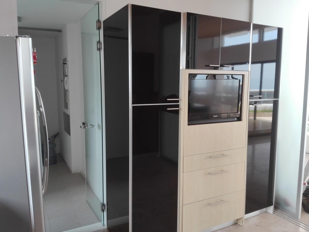 13 de 34: Alacena y Pantalla plana de Tv en mueble de cocina.