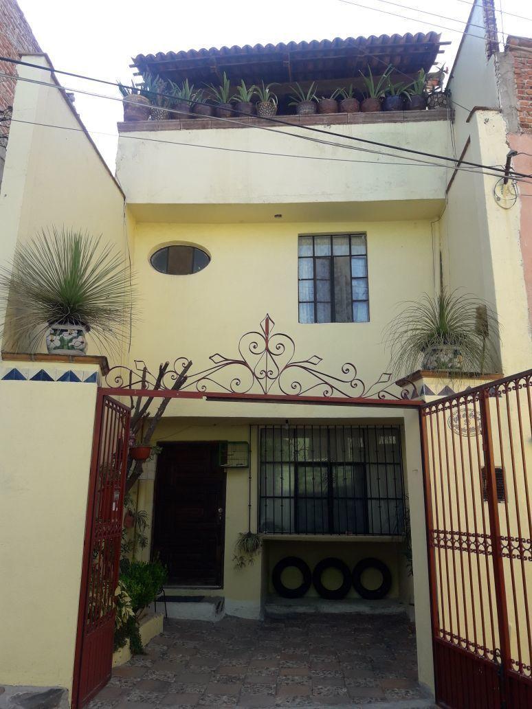 1 of 14: Fachada de la Casa