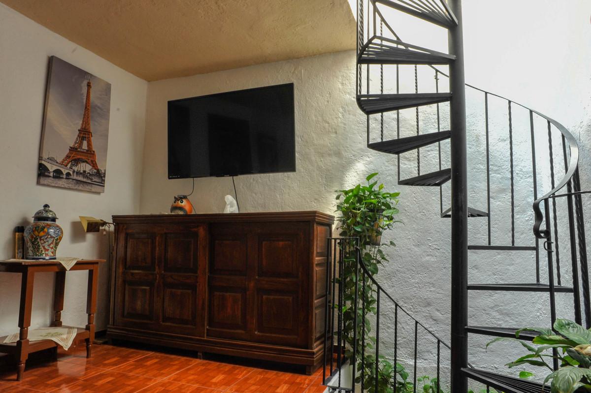 12 of 14: Sala segundo piso y escalera al Estudio