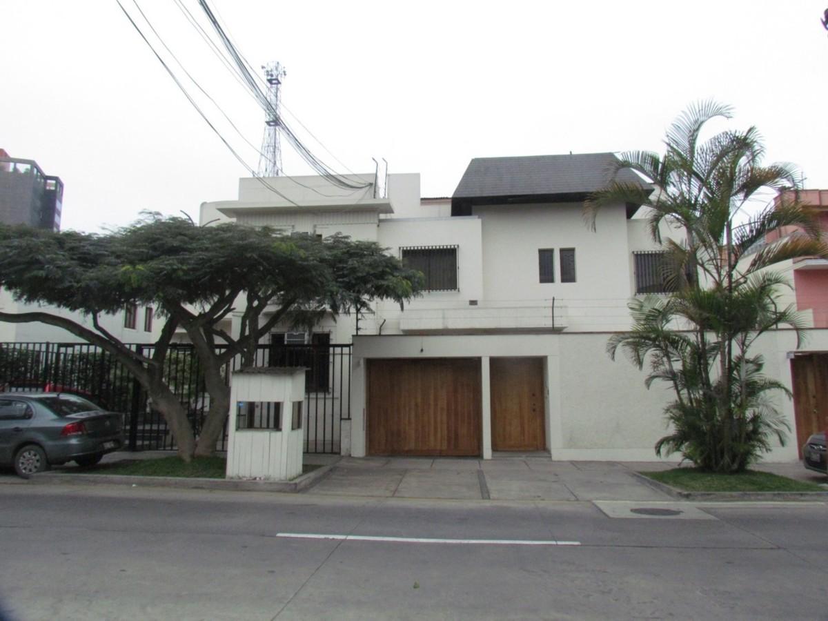 6 de 8: Foto de una de las dos fachadas de las casas