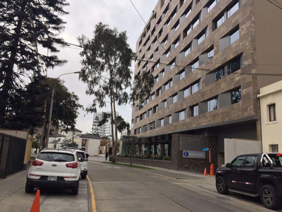 1 de 8: Acceso hacia la avenida Jorge Basadre, a una casa de distanc