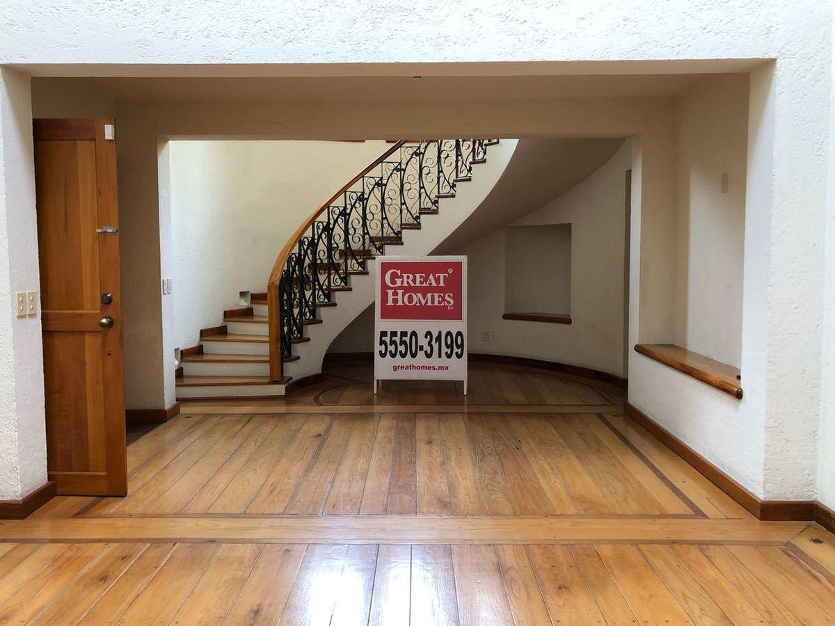 9 de 30: Estancia principal con piso de madera natural