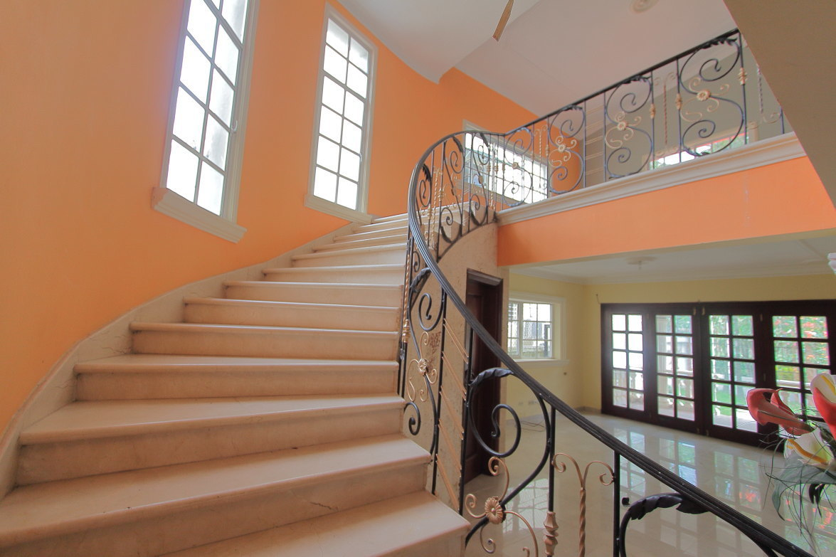 14 de 27: Preciosa escalera de acceso a 2do nivel