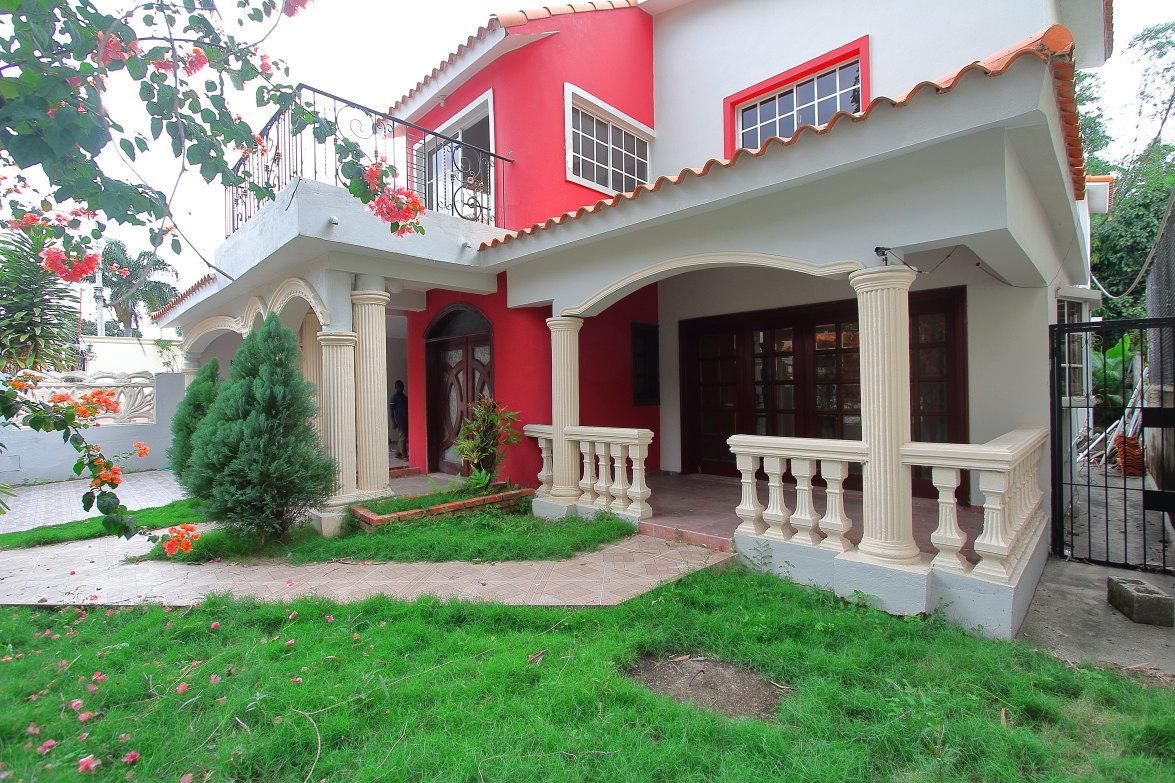 1 de 27: Bonita fachada y buen jardín