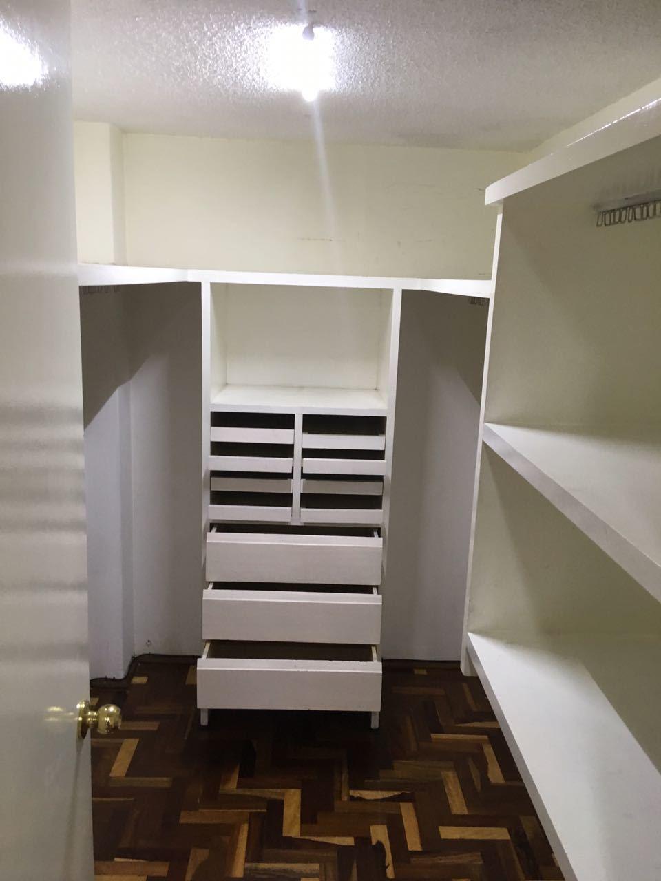 14 de 16: vestidor de la recámara principal con amplio espacio
