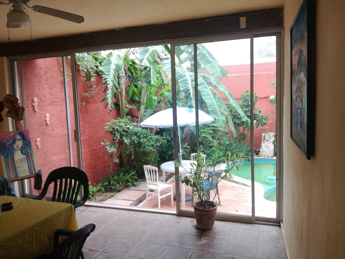 6 de 7: Espacio multifacético con vista a terraza y piscina