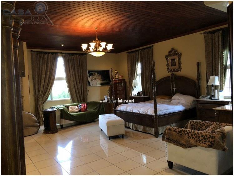 9 de 20: Dormitorio principal que tambien cuenta con oficina privada