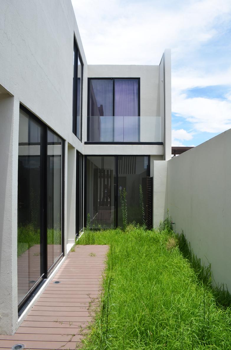 2 de 29: acceso a la casa con jardín integrado