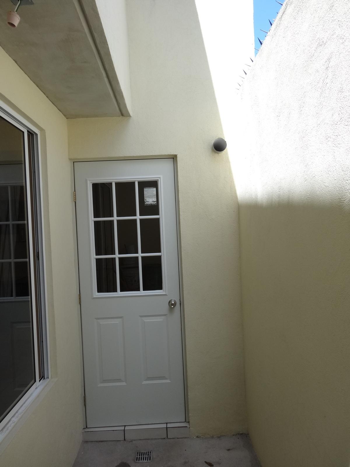 5 de 12: pequeña terraza, entrada a patio de servicio