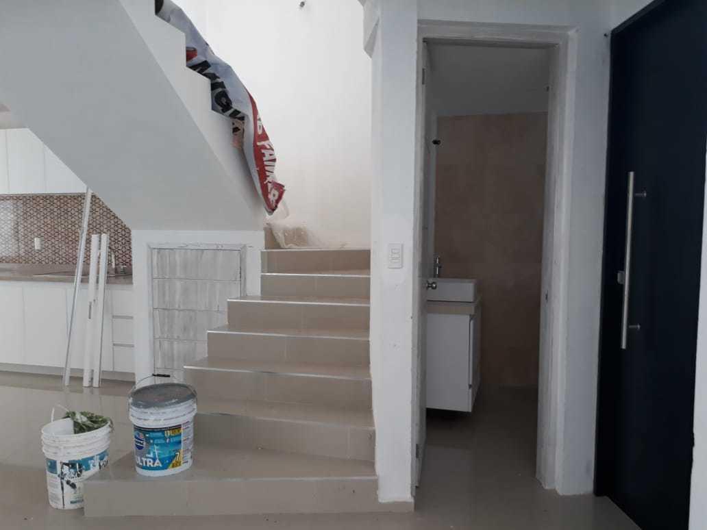 18 de 42: Escaleras hacia 2o piso, entrada al baño