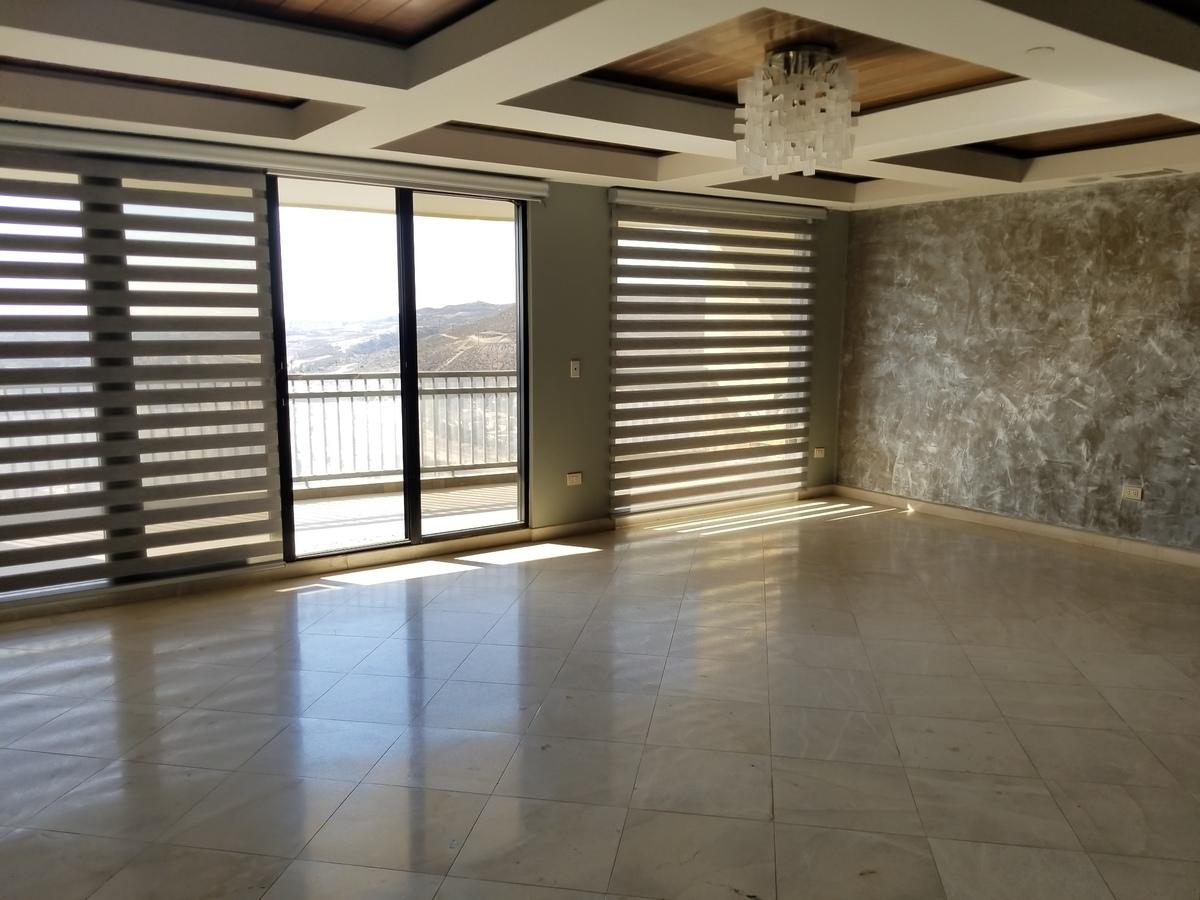 3 de 39: Sala principal con cortinas rollers.