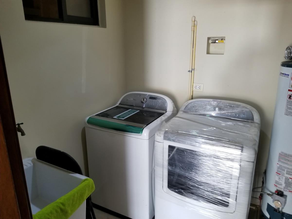8 de 39: Cuarto de servicio detras de cocina con lavadora, secadora