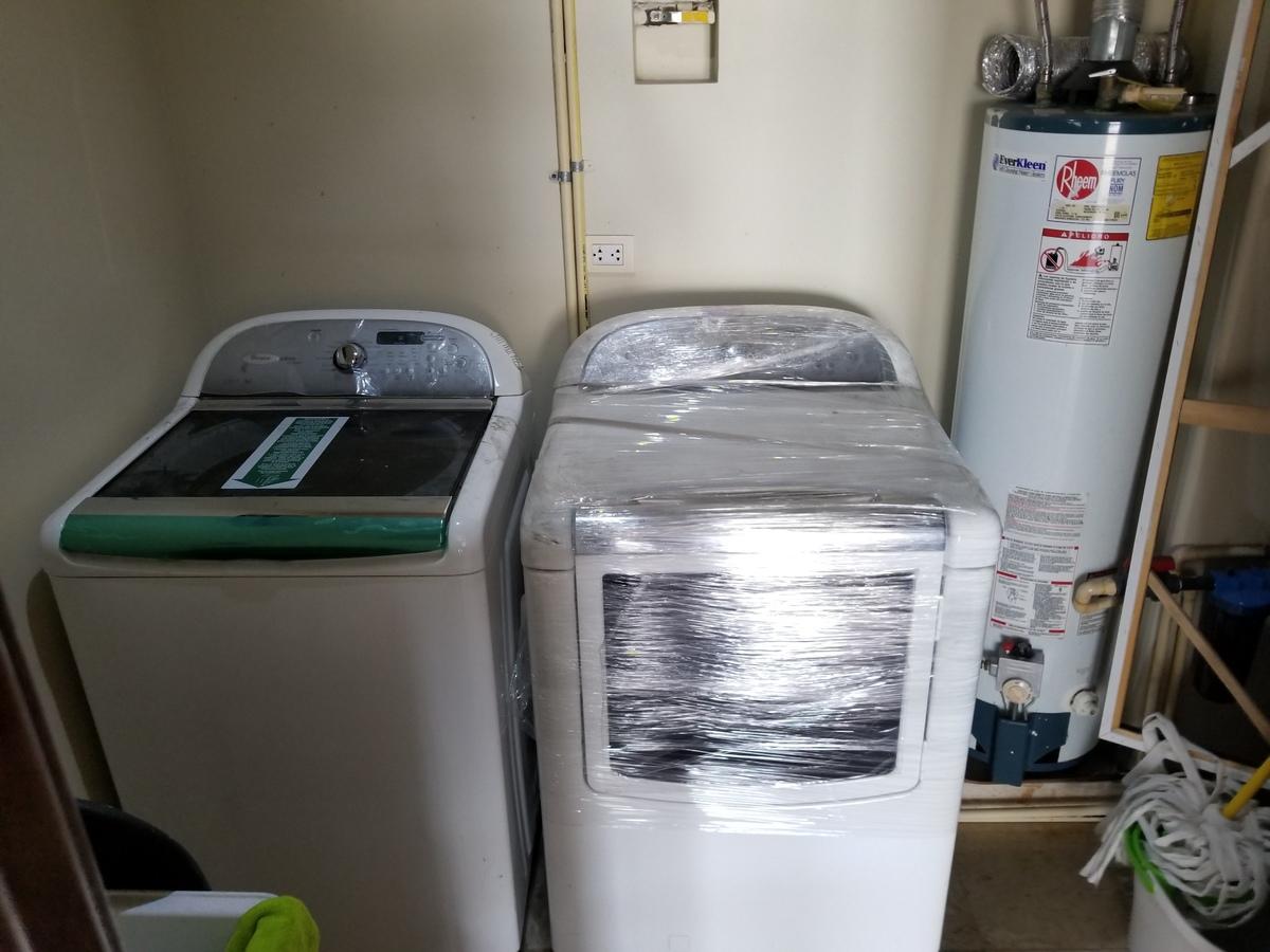 9 de 39: Cuarto de servicio detras de cocina con lavadora, secadora