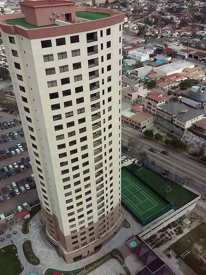 30 de 39: Torre Esmeralda y cancha de tenis