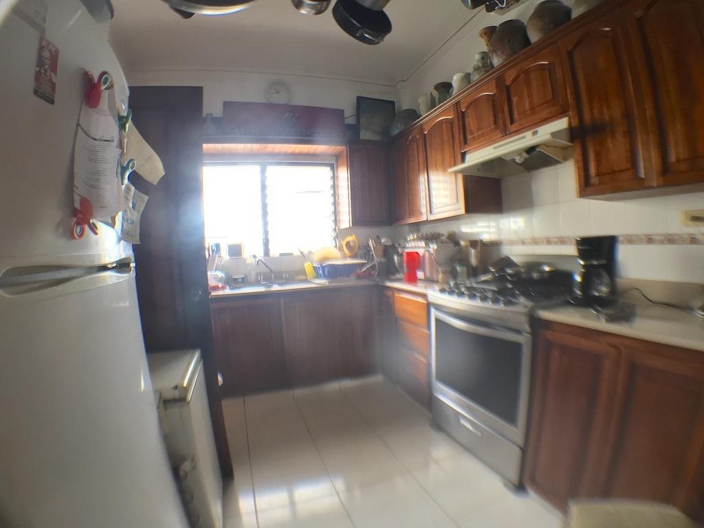 5 de 13: Cocina con claridad y ventilación y gabinetes en caoba