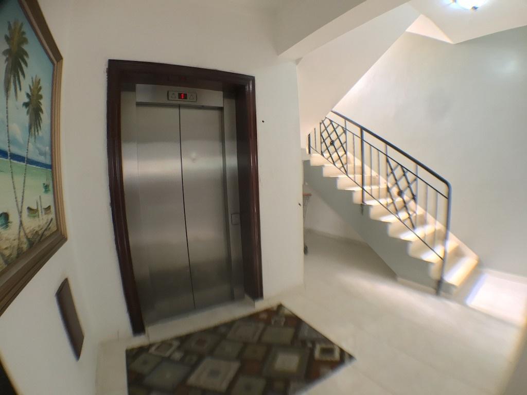 12 de 13: Elevador y escalera interna