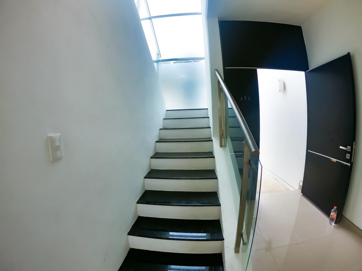 8 de 16: Escaleras al 2do Piso