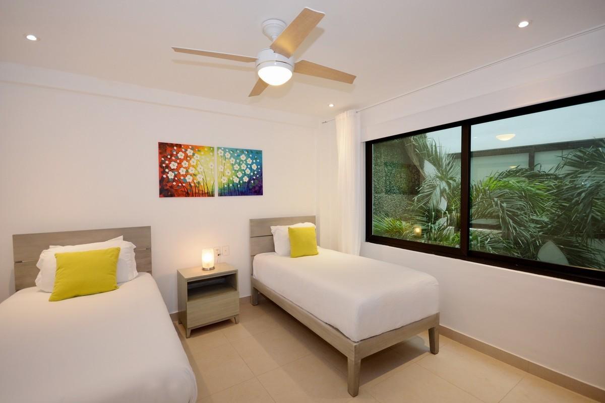 10 of 13: Habitación secundaria con ventilador y aire acondicionado.