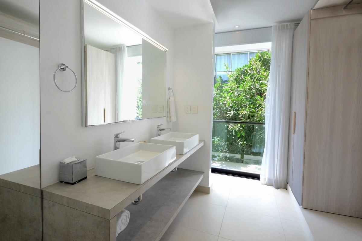 9 of 13: Doble lavabo en la habitación principal.