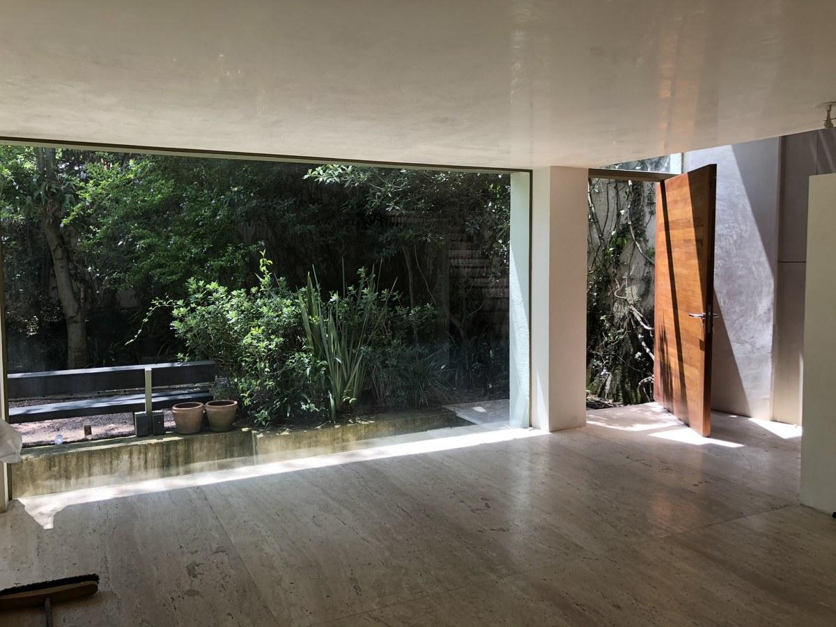 8 de 34: Entrada principal y acabados en vidrio acero y madera