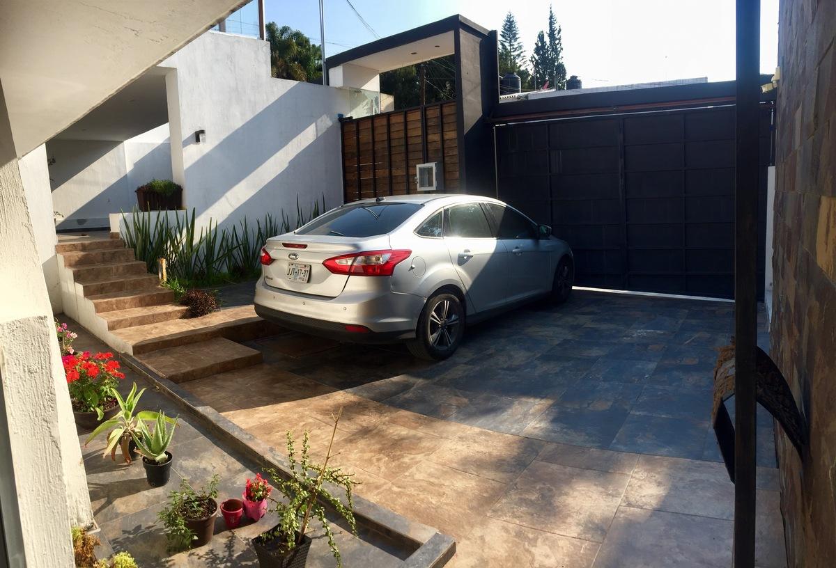 4 de 23: Estacionamiento frente a la casa