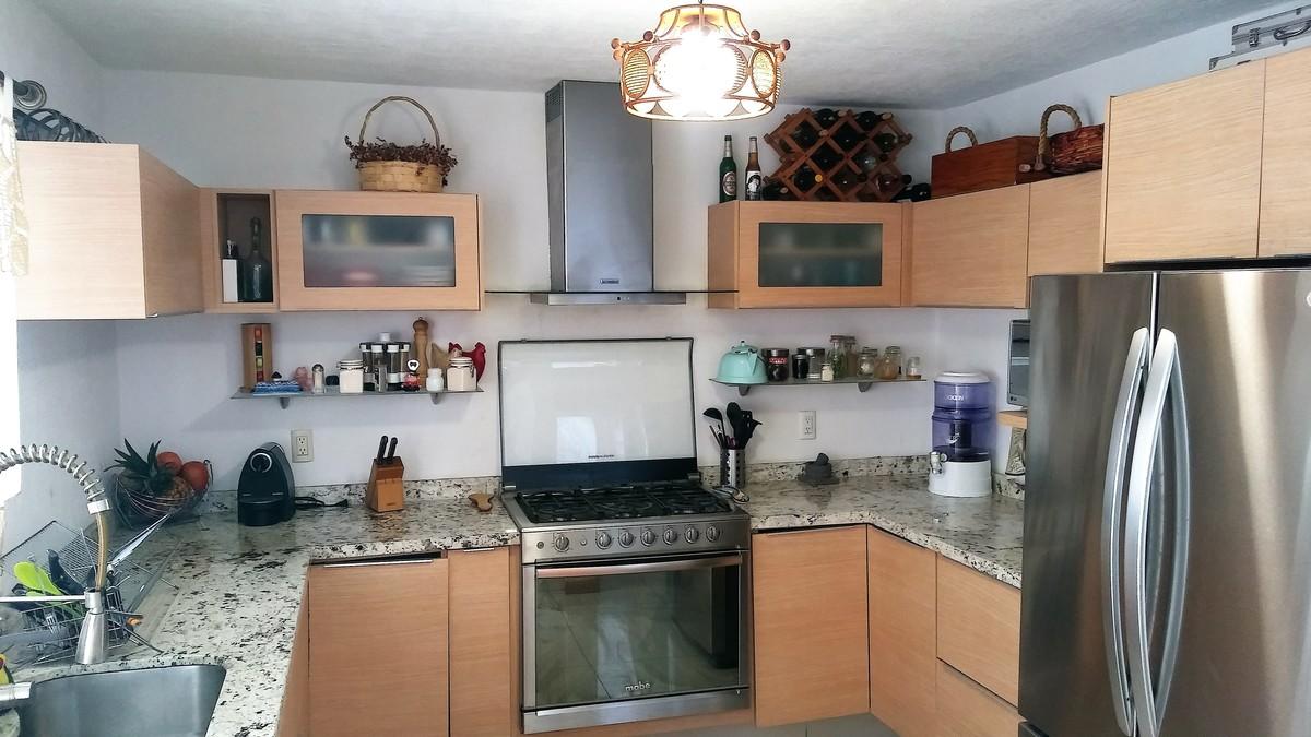 2 de 12: Cocina con cubiertas y barra de granito