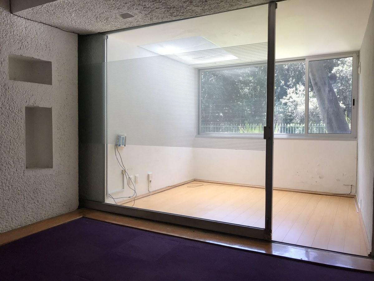 6 de 20: Despacho con candelaria de vidrio y aluminio