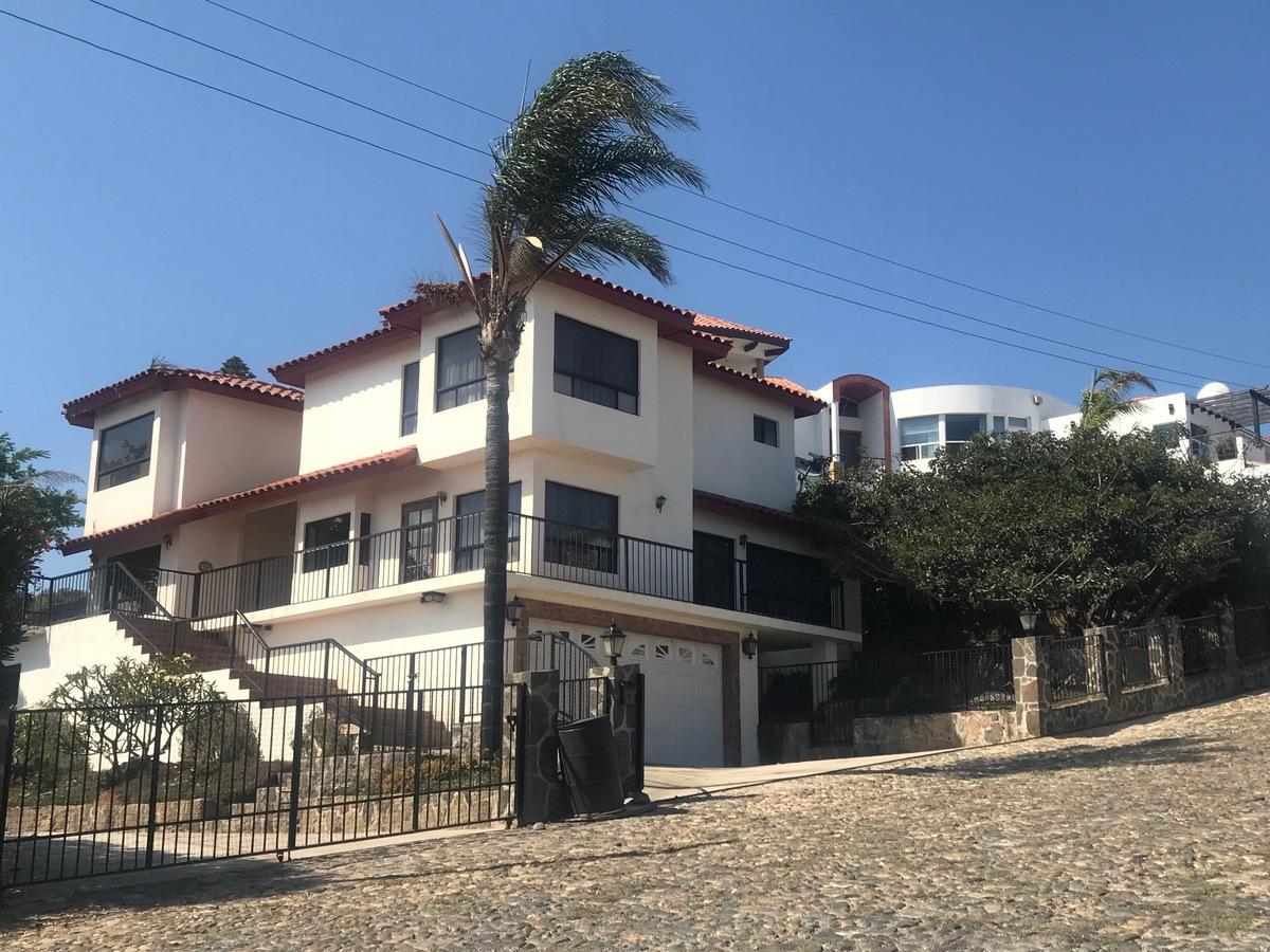 1 de 28: Frente de la casa (Estacionamiento para dos autos)