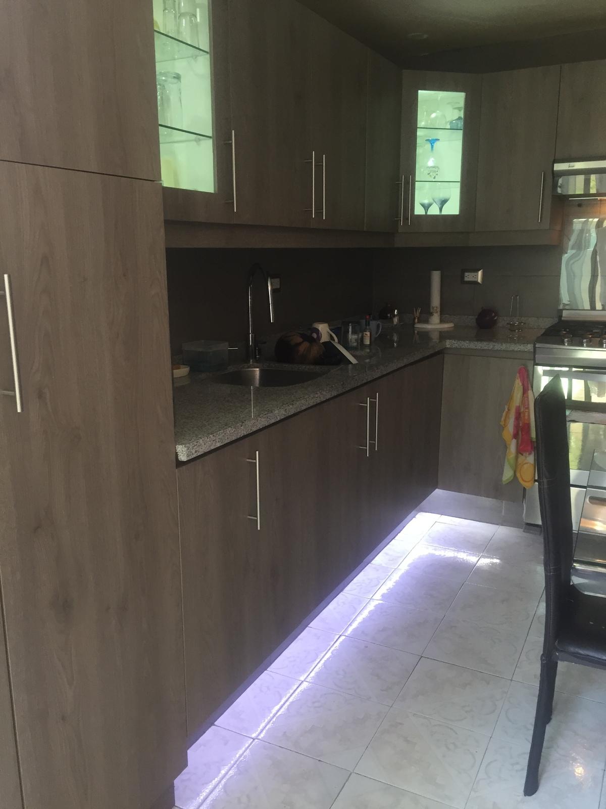 4 de 23: Cocina con luz en vitrinas y parte inferior