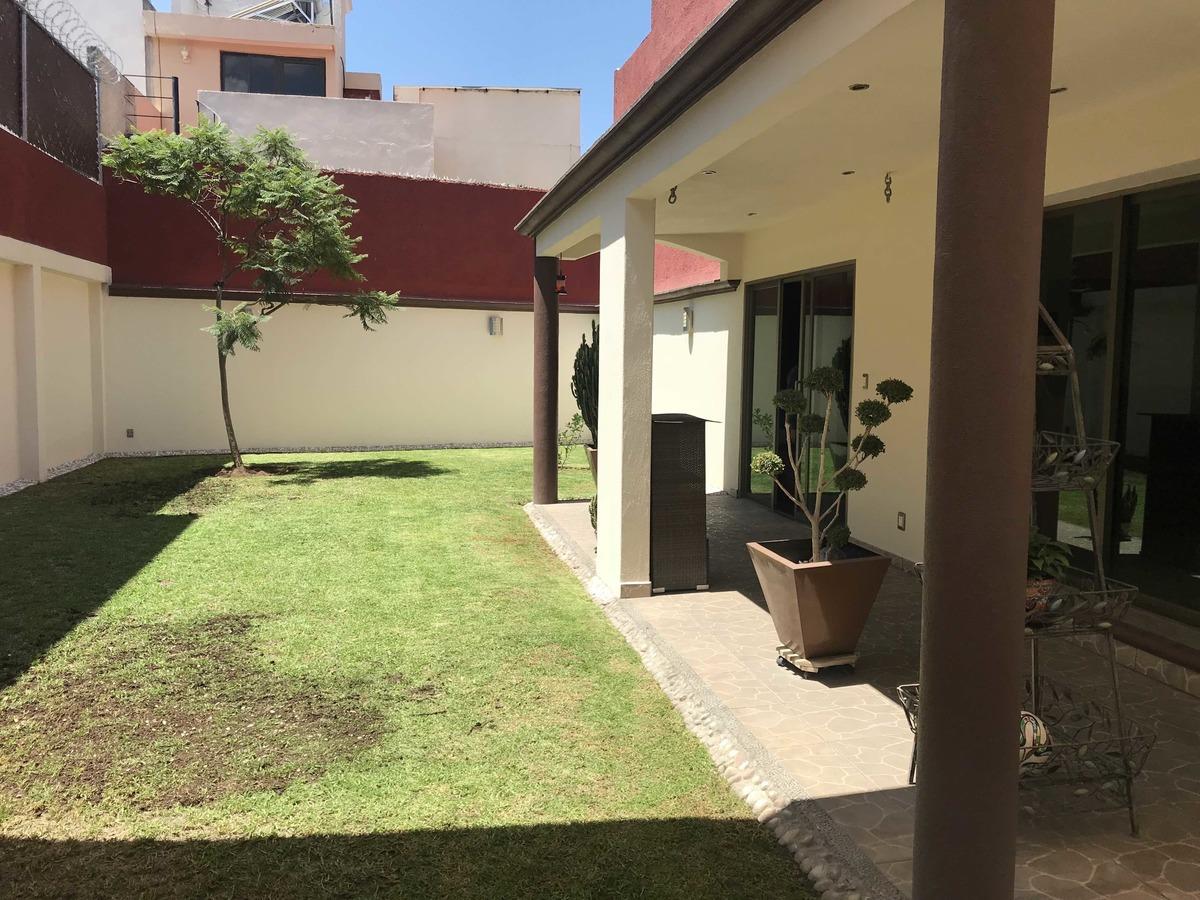 11 de 30: Jardin amplio con terraza
