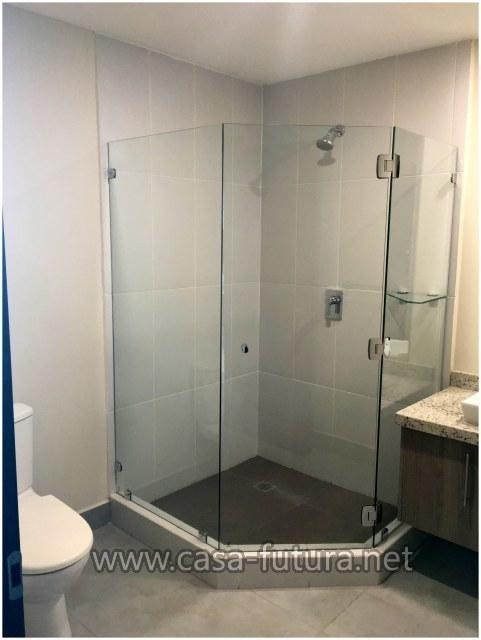 35 de 36: Baños con puertas de vidrio templado