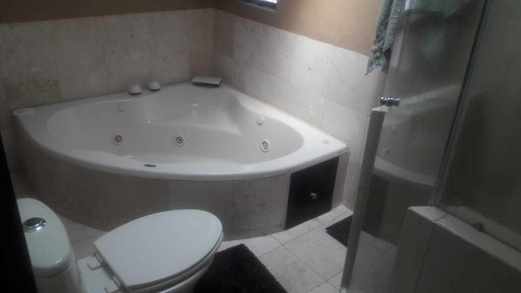 11 de 19: Jacuzzi baño completo recamara principal.
