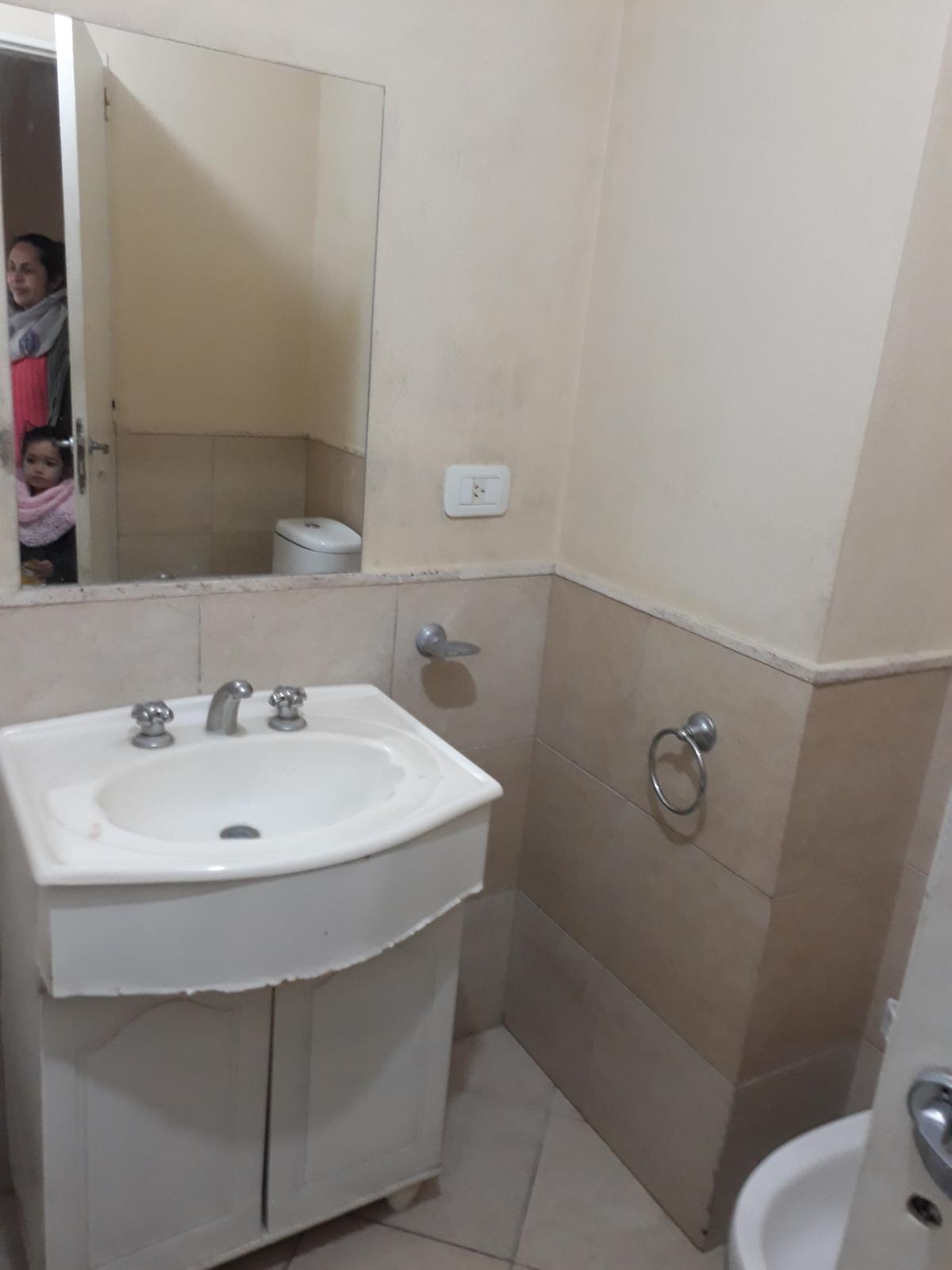 6 de 7: Baño completo con bañera y Vanitory.