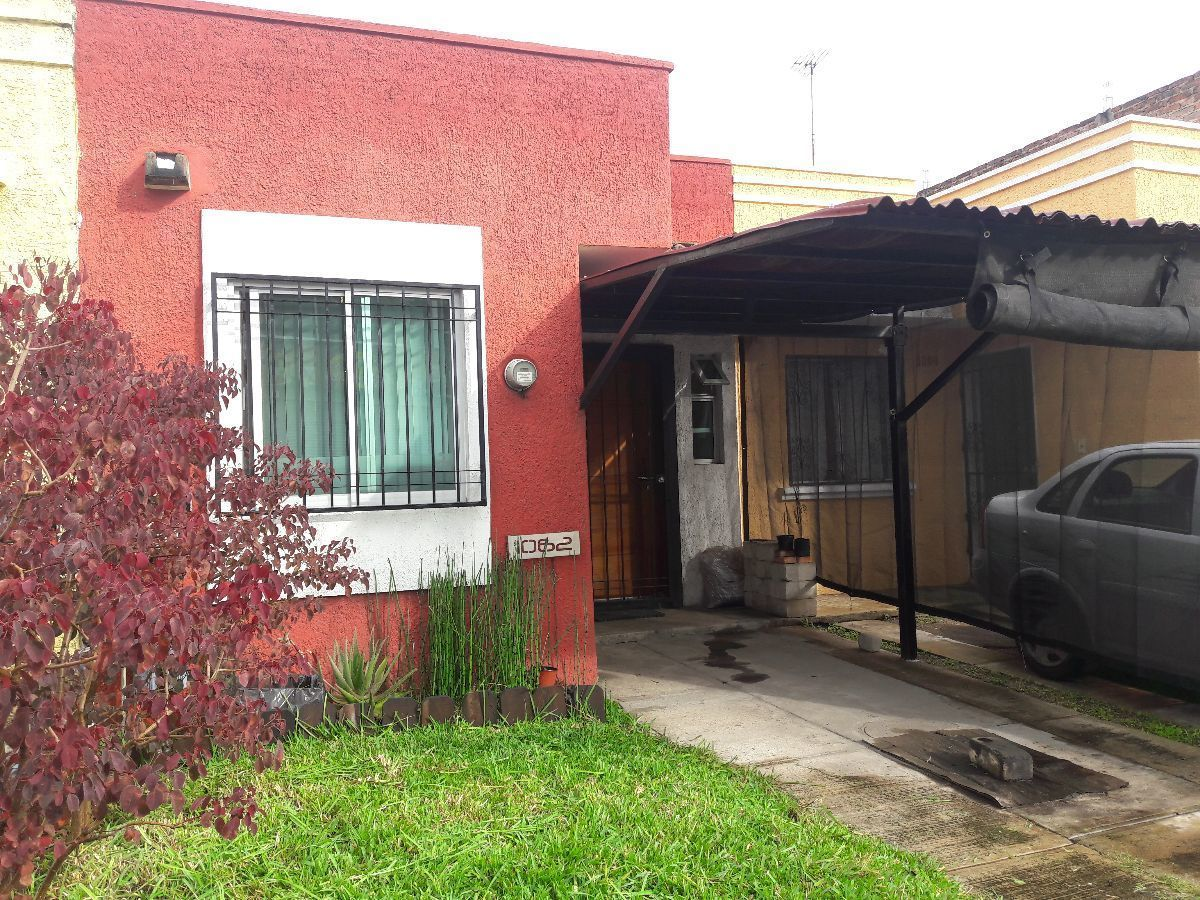 1 de 8: Casa remodelada con protecciones al frente y en el patio