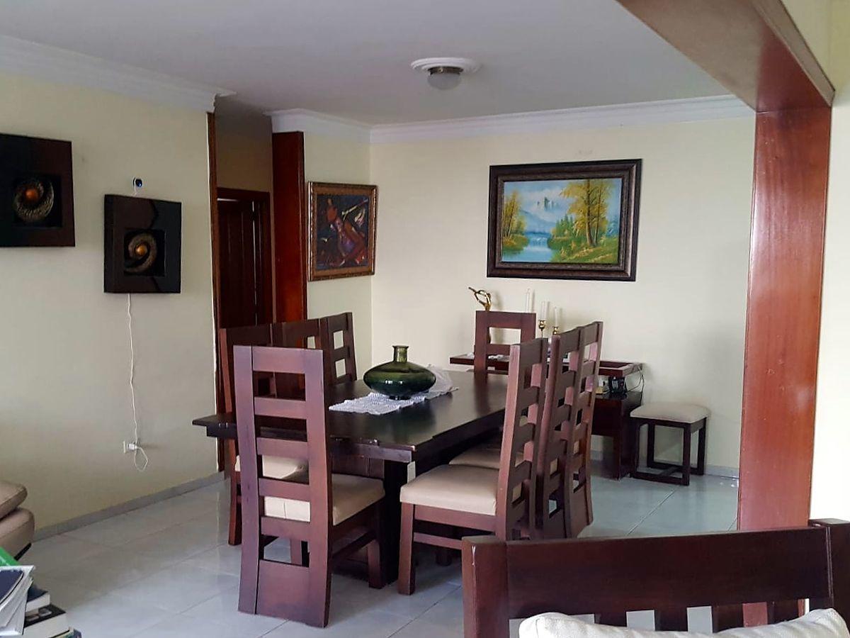 9 de 14: Comedor y puerta de acceso a las habitaciones