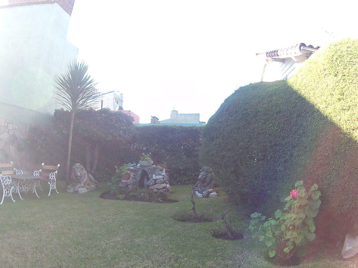 4 de 30: Jardín al frente parquizado.