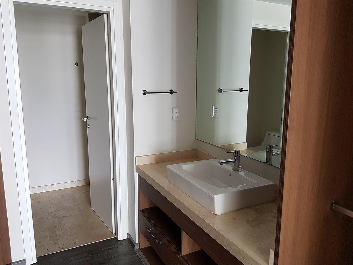 14 de 25: Vestidor y baño