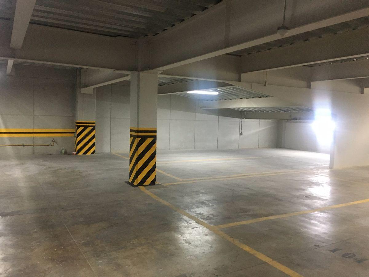 7 de 8: Tres amplios estacionamientos
