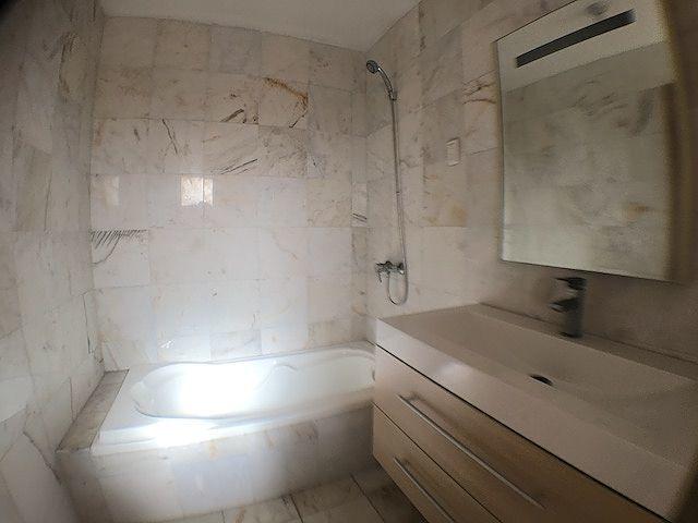 18 de 19: Baños revestidos en mármol