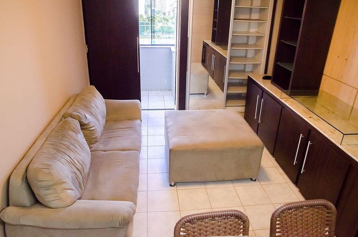7 de 12: Sala com armário projetado