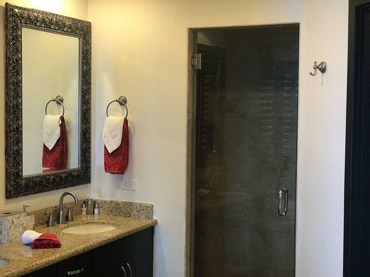 8 de 15: baños con acabados de granito
