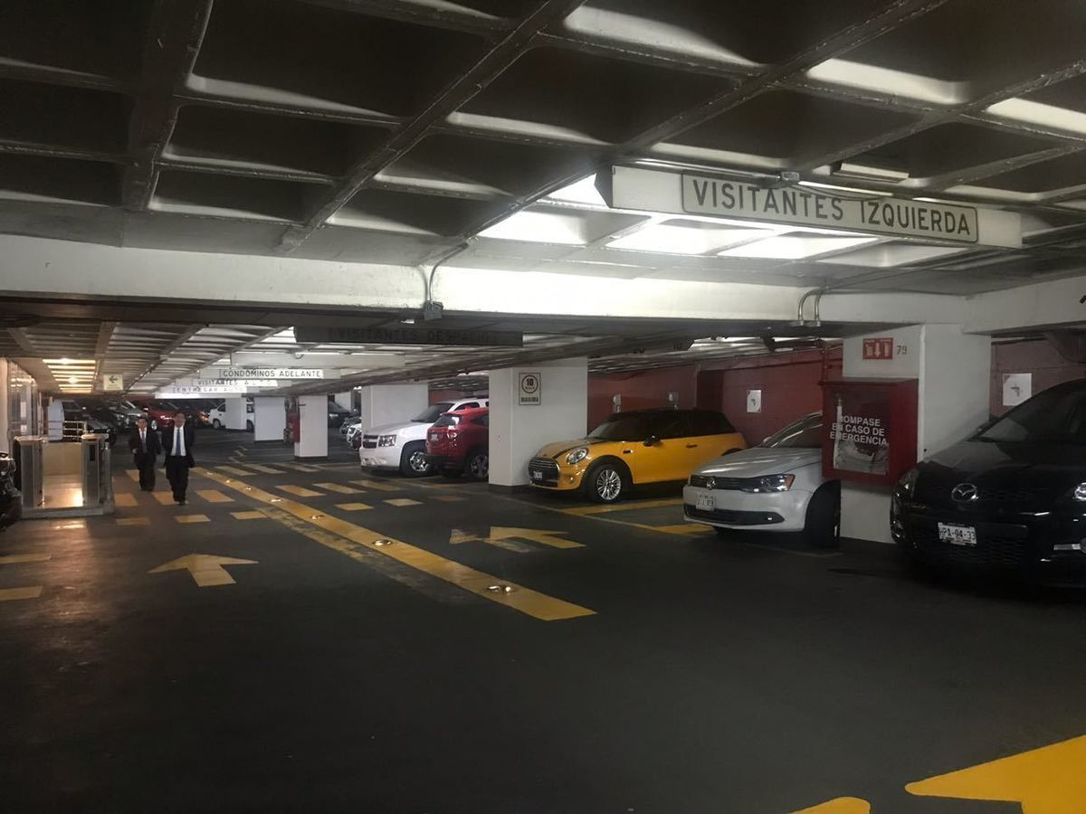 7 de 28: Estacionamiento con vigilancia y control de acceso